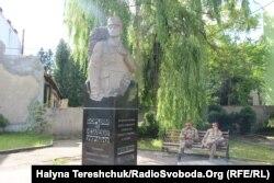 Пам'ятник Мирославу Симчичу, Коломия