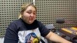 """Гүлмира Асанбекова камалардан бир нече күн мурда """"Азаттык"""" радиосуна келип, укугу бузулуп жатканын айтып кеткен."""