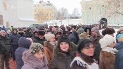 Українці вишикувались у величезну чергу, аби побачити оригінал томосу – відео