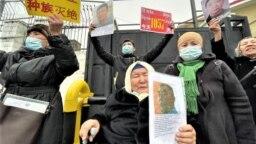 Казахи родом из Китая проводят пикет у консульства этой страны в Алматы, требуя освободить их близких, которые находятся под стражей в Синьцзяне либо которым препятствуют в выезде в Казахстан.