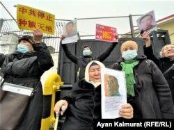 Участники пикета у консульства Китая в Алматы, 9 февраля 2021 года.