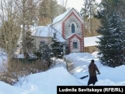 Бывшая просвирня в псевдоготическом стиле при Казанской церкви в селе Глубокое