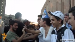 Ոստիկանները հավաքեցին վրանը՝ ակտիվիստների հումորային ակցիայի ժամանակ