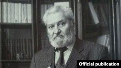 Бекжон Тошмуҳаммедов 1935 йил 27 январда Тошкентда ёзувчи Ойбек хонадонида туғилган.