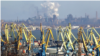 Az ukrajnai Mariupol kikötője, háttérben a masszív acélgyárakkal