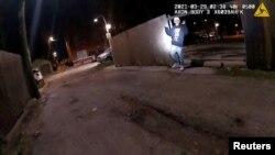 კადრი ჩიკაგოს პოლიციელის სამკერდე კამერის ჩანაწერიდან