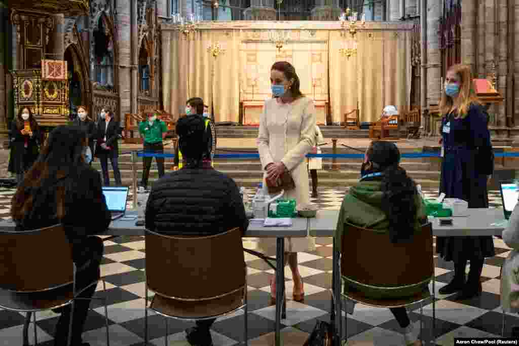 Велика Британія. У соборі святого Петра у Вестмінстері, де проходять монарші весілля, поховання та коронації, відкрили центр вакцинації. На фото Кетрін, герцогиня Кембриджська, спілкується зі співробітниками під час свого візиту до собору, який часто називають Вестмінстерське абатство