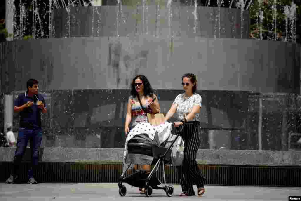 O femeie a ieșit cu bebelușul la plimbare în prima după ce purtarea măștii în exterior a fost anulată.REUTERS/Amir Cohen