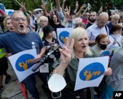 Protestatarii spun că puterea urmărește distrugerea libertății presei în Polonia. Varșovia, 10 august 2021.