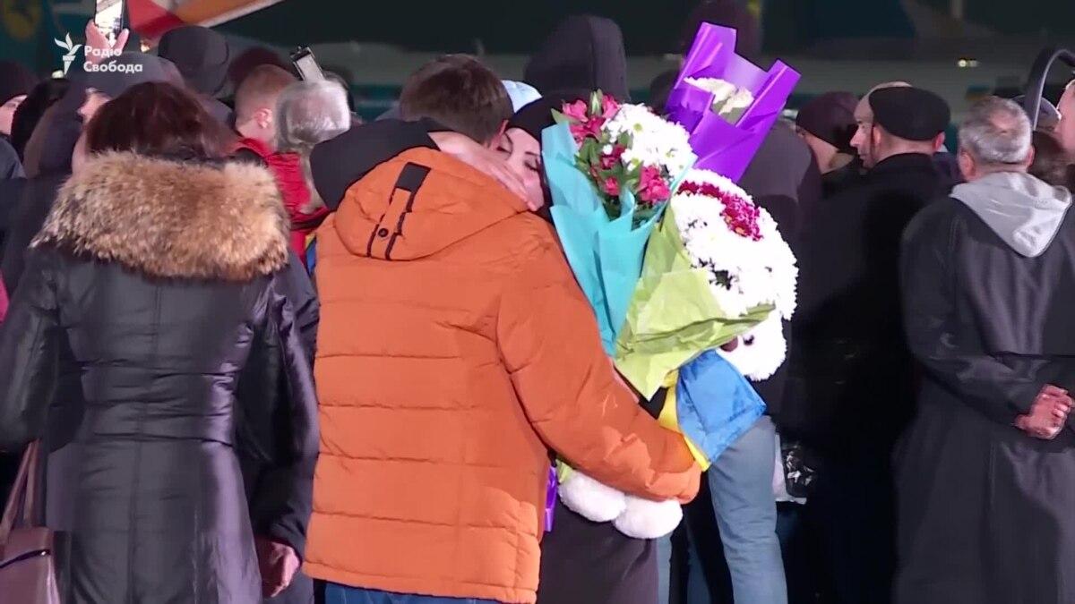 Уволенные во время обмена рассказали, кто еще остался в заложниках на территории ОРДЛО – видео
