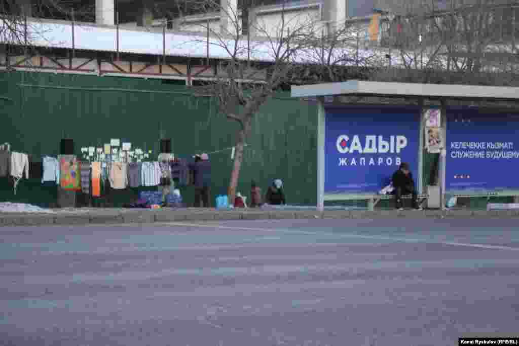Предвыборный баннер кандидата в президенты Садыра Жапарова у блошиного рынка