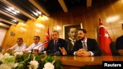 Түркия президенті Режеп Ердоған (сол жақтан үшінші) баспасөз мәслихатында сөйлеп отыр. Стамбул әуежайы, 16 шілде 2016 жыл.