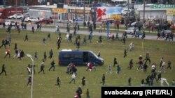 Протестувальники рухаються до урочища Куропати в передмісті Мінська, Білорусь, 1 листопада 2020 року