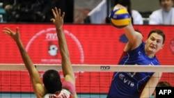 صحنه ای از جدال بازیکنان تیم ملی والیبال روسیه و ایران که به برتری روس ها ختم شد. روسیه در این دوره از مسابقات جهانی والیبال قهرمان شدند.