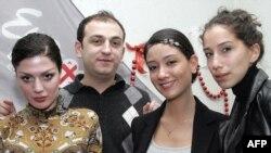 """Грузиянын """"Stephane and 3G"""" поп ырчылар тобу быйыл Маскөөдө өтө турган """"Еврокөрсөтүү-2009"""" сынагына катышууга беленденүүдө. Солдон оңго: Тако Гачечиладзе, Стефане Мгебришвили, Нини Бадурашвили жана Кристи Имедадзе. Тбилиси, 2009-жылдын 19-февралы."""