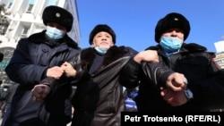 Полицейские задерживают мужчину в районе площади Республики. Алматы, 10 января 2021 года.