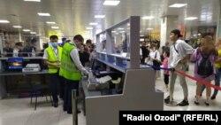 Пассажиры из Таджикистана в Бишкекском аэропорту.