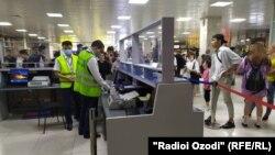 Бишкек аэропортидаги тожикистонлик йўловчилар