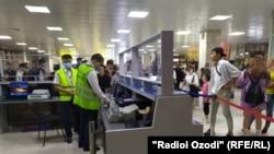 Пассажиры из Таджикистана в Бишкекском аэропорту