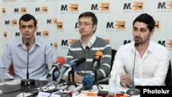 Հայաստան -- «Դեմ եմ» շարժման ակտիվիստներ (ձախից աջ) Դավիթ Մանուկյանը, Գևորգ Գորգիսյանը և Արտաշես Արաբաջյանը Մեդիա կենտրոնում, Երևան, 21-ը մարտի, 2014թ․