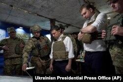 Президент України Володимир Зеленський під час відвідин прифронтових позицій в Донецькій області, 14 жовтня 2019 року