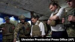 Президент Украины Владимир Зеленский во время посещения прифронтовых позиций в Донецкой области, 14 октября 2019 года.