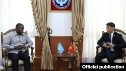 Кыргызстандын тышкы иштер министри Чыңгыз Айдарбеков(оңдо) Бириккен Улуттар Уюмунун (БУУ) өлкөдөгү өкүлү Озонниа Ожиелону (солдо) кабыл алды. Бишкек шаары. 7-октябрь, 2020-жыл.