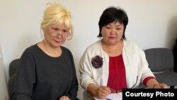 Активист Санавар Закирова (слева) и ее адвокат Жанара Балгабаева в рабочем кабинете адвоката во время судебного процесса по делу Закировой. Алматы, 20 мая 2020 года (фото из личного архива Жанары Балгабаевой).