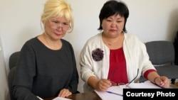 Подсудимая активистка Санавар Закирова (слева) и ее адвокат Жанара Балгабаева в рабочем кабинете адвоката во время судебного процесса по делу Закировой, которое рассматривает Медеуский районный суд в онлайн-режиме. Алматы, 20 мая 2020 года.