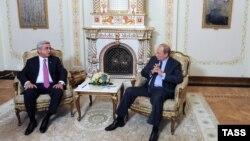 В Армении идут серьезные дискуссии о том, что делать дальше, потому что очевидно, что ставка на союз с Россией не работает, но и альтернатива пока тоже слабо просматривается