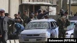Owganystanyň polisiýasy amala aşyrylan partlamany öwrenýär. Kabul, 9-njy mart, 2013.