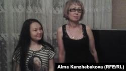 Выпускница Динара Ибрагимова с мамой Гульнар Ибрагимовой. Алматы, 24 мая 2015 года.
