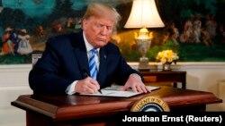 ԱՄՆ - Նախագահ Դոնալդ Թրամփը ստորագրում է Իրանի հետ միջուկային համաձայնագրից Միացյալ Նահանգների դուրս գալու որոշումը, Սպիտակ տուն, Վաշինգտոն, 8-ը մայիսի, 2018թ.