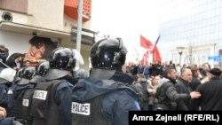 Президент шайлоосуна тушташ Приштинада оппозиция жана өкмөт жактоочулары кагылышып да кетти. 26-февраль, 2016-жыл.
