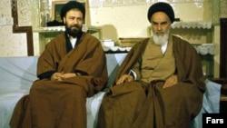 آیتالله خمینی همراه با پسرش احمد (چپ)