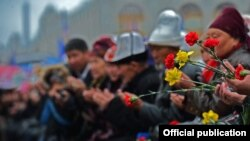 Люди во время молитвы в честь погибших во время Апрельских событий 2010 года. Бишкек, 7 апреля 2016 года.