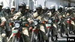 موتورسیکلت سواران نظامی ایران در یکی از مانورهای زاهدان