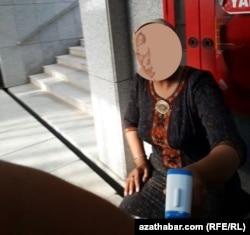 Demirýol wokzalynda ýolagçylaryň gyzgyny barlanýar, Aşgabat, iýun, 2020