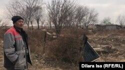 Жеңіс ауылының тұрғыны Берікбай Жұбаев Өзбекстандағы Сардоба су қоймасында болған апат салдарынан тасқын қиратып кеткен үйінің жұртында тұр. Мақтаарал ауданы, Түркістан облысы, 5 желтоқсан 2020 жыл.