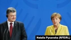Almaniya kansleri Merkel və Ukrayna prezidenti Poroshenko Berlində keçirilmiş mətbuat konfransında.