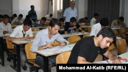 طلبة في إمتحان بالموصل عام 2011