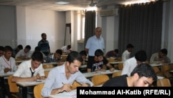 طلاب اعدادية يؤدون الإمتحانات في جامعة الموصل