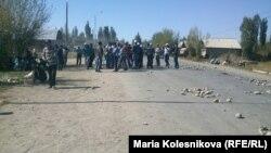 Наразы жұрт жолды жапты.Ыстықкөл облысы, Қырғызстан, 8 қазан 2013 жыл.