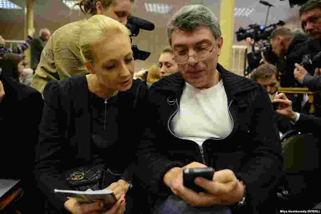 Алексей Навальный хөкем ителгән мәхкәмәдә аның хатыны Юлия белән , 2013 елның 17 апреле