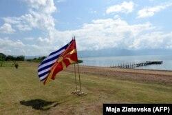 """Zahvaljujući """"buldožer diplomatiji"""" američkog diplomate Ričarda Holbruka, dve zemlje su 1995. potpisale """"Privremeni sporazum"""", pošto je Makedonija pristala da izmeni svoju zastavu, za koju je Grčka takođe smatrala da joj je """"uzurpirana"""""""