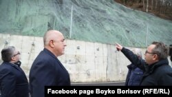Бойко Борисов е със заместник-министъра на регионалното развитие и благоустройството Николай Нанков при посещението на обекта в края на 2020 г.