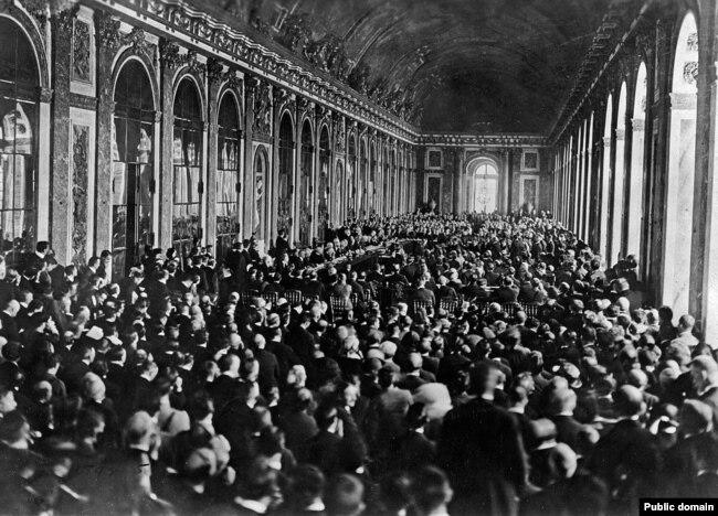Зеркальный зал Версальского дворца во время церемонии подписания мирного договора