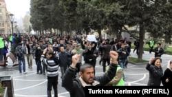 Участники акции на улице Низами, 2 апреля 2011
