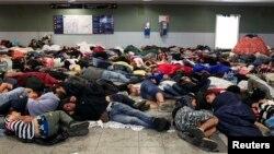Փախստականները քնել են Բուդապեշտի երկաթուղային կայարանի մերձակա հրապարակում, 3-ը սեպտեմբերի, 2015թ.