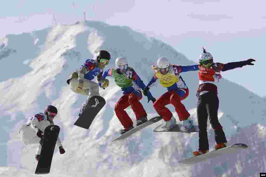 Ева Самкова (Чехія), Клое Треспеш (Франції), Неллі Мен Локкоз (Франція), Фей Ґ'юліні (США) і Сімона Вайлер (Швейцарія) змагаються в півфіналі жіночого сноуборд-кросу. Самкова виграла всі раунди і золото у фіналі